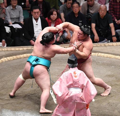 大栄翔(右)は押し出しで明生を下す(撮影・加藤諒)