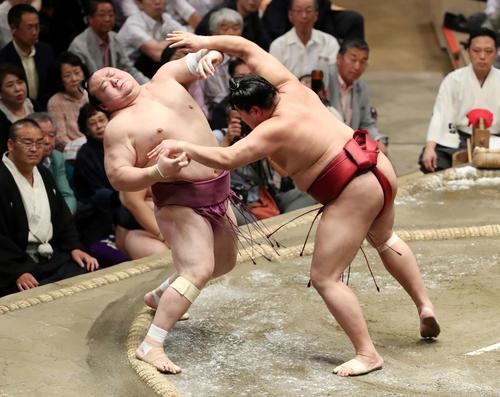 宝富士(左)を突き出しで破る阿炎(撮影・鈴木正人)