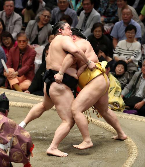 遠藤(右)を激しく攻める隠岐の海(撮影・鈴木正人)