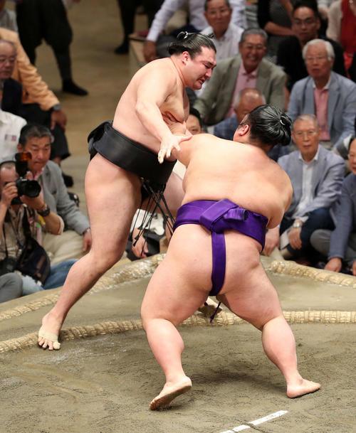 竜電(左)を押し出しで破る貴景勝(撮影・鈴木正人)