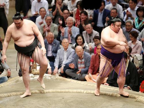 竜電(左)を押し出しで破った貴景勝(撮影・鈴木正人)