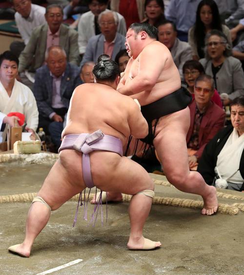 琴勇輝(左)に突き出しで敗れる剣翔(撮影・鈴木正人)