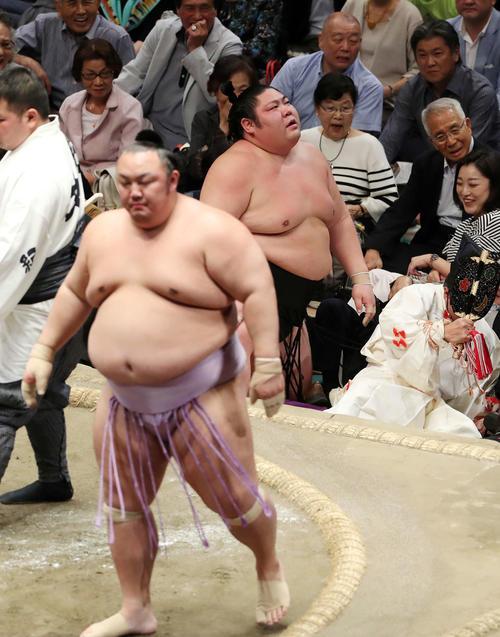 琴勇輝(左)に突き出しで敗れた剣翔(撮影・鈴木正人)