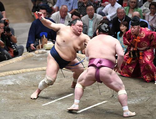 北勝富士(左)は押し出しで宝富士を下す(撮影・加藤諒)