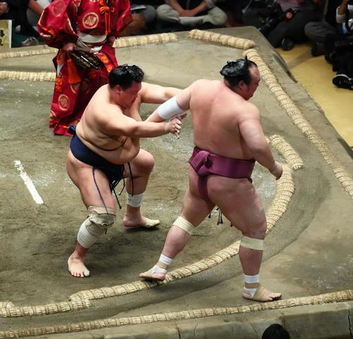 北勝富士(左)は宝富士を押し出しで下す(撮影・足立雅史)