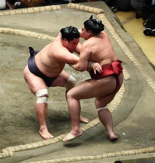 妙義龍(左)は阿炎を寄り切りで下す(撮影・足立雅史)