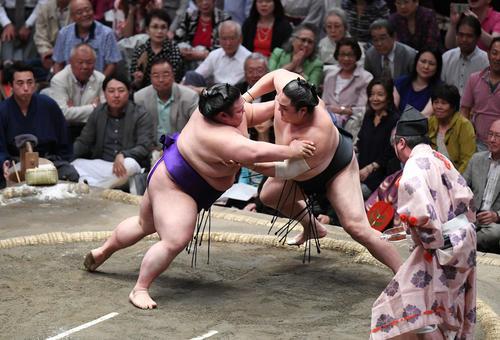 貴景勝(左)は押し出しで隠岐の海を下す(撮影・加藤諒)