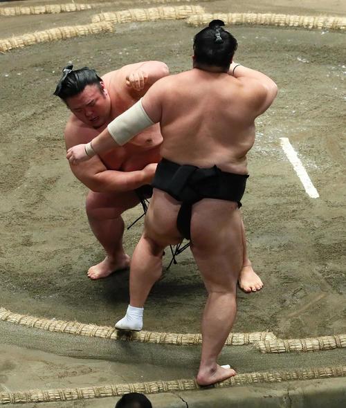 貴景勝(左)は隠岐の海を押し出しで下す(撮影・足立雅史)