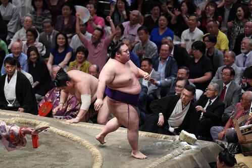 貴景勝(中央)は押し出しで隠岐の海を下す(撮影・加藤諒)
