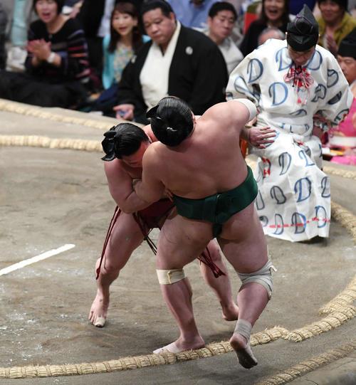 炎鵬(左)は下手投げで佐田の海を下す(撮影・加藤諒)