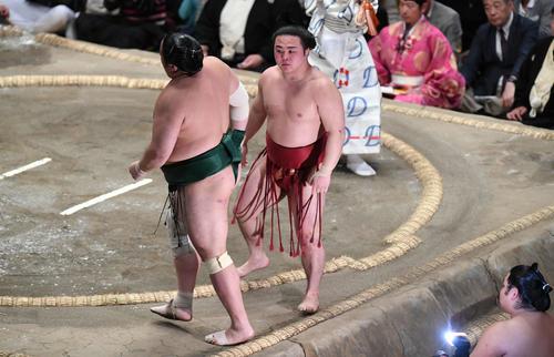 炎鵬(右)は下手投げで佐田の海を下す(撮影・加藤諒)