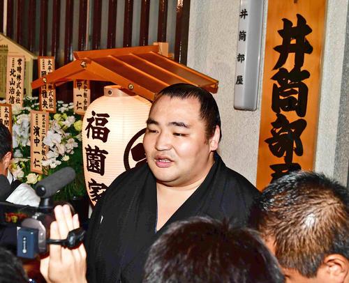 井筒親方の葬儀で亡くなった師匠への思いを語る鶴竜(2019年9月24日撮影)