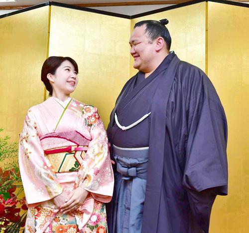 婚約会見で互いに見つめ合う婚約者の中山真美さん(左)と北勝富士(撮影・小沢裕)