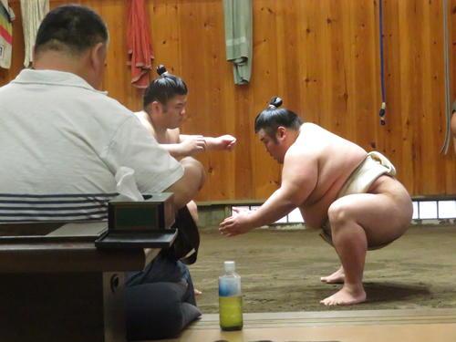 千賀ノ浦親方(手前)が見守る中、土俵での稽古を再開した貴景勝