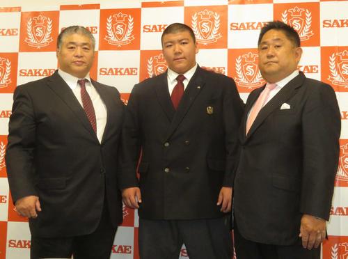 大嶽親方(左)、埼玉栄高の山田道紀監督(右)とともに会見に臨んだ納谷幸成