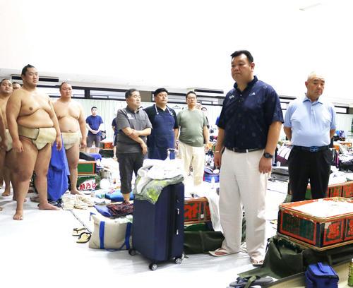 幕内力士らに訓示を行う春日野巡業部長(右から2番目)(2019年7月28日撮影)