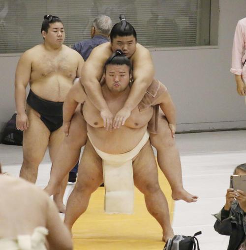 付け人を背負ってスクワットをする貴景勝(撮影・佐藤礼征)