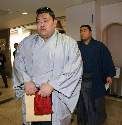 インスタグラムに不適切な動画を投稿した件で、役員室に向かう小結阿炎(左)と十両若元春(撮影・菊川光一)