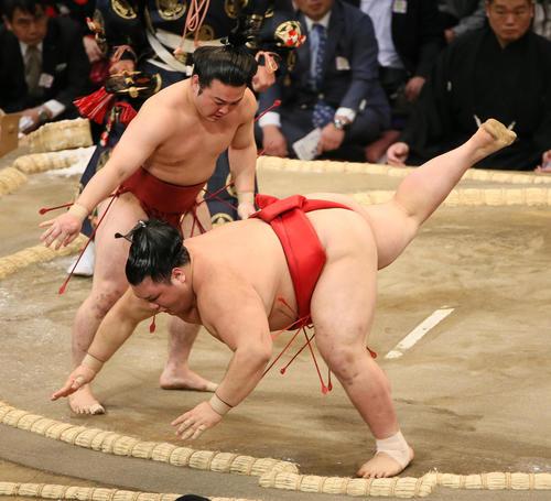阿武咲(右手前)を下手出し投げで破る炎鵬(撮影・栗木一考)