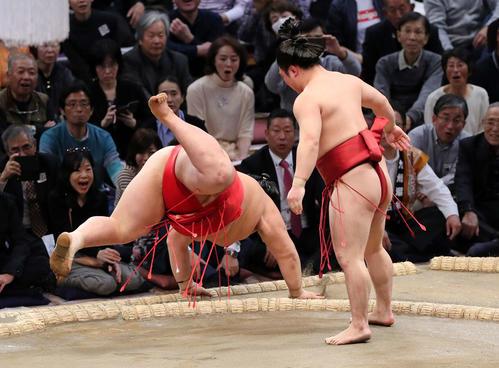 阿武咲(左)を下手出し投げで破る炎鵬(撮影・鈴木正人)