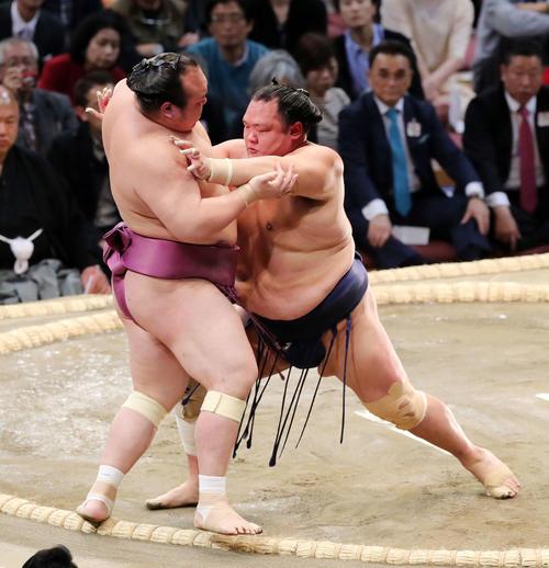 宝富士(左)を押し出しで破る北勝富士(撮影・鈴木正人)