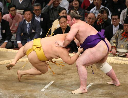 遠藤(左)をはたき込みで破る栃ノ心(撮影・栗木一考)