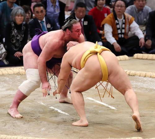 遠藤(右)を激しく攻める栃ノ心(撮影・鈴木正人)