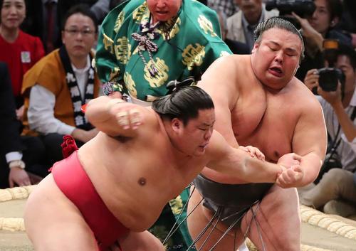 大栄翔(左)を激しく攻める貴景勝(撮影・鈴木正人)