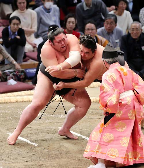 剣翔(左)を激しく攻める竜電(撮影・鈴木正人)
