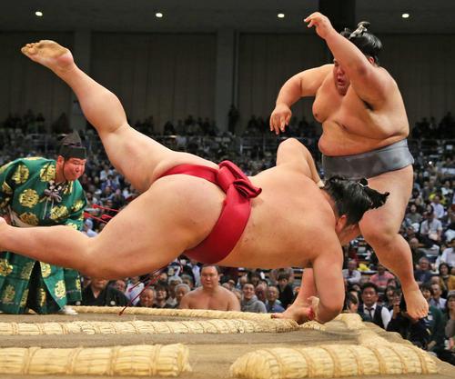 貴景勝(右)は、はたき込みで大栄翔を下す(撮影・菊川光一)