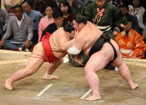 阿武咲(左)をはたき込みで破る剣翔(撮影・栗木一考)