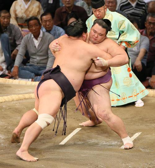 妙義龍(左)を寄り切りで破る朝乃山(撮影・栗木一考)