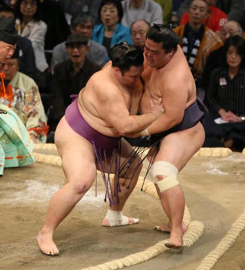 妙義龍(右)を寄り切りで破る朝乃山(撮影・栗木一考)