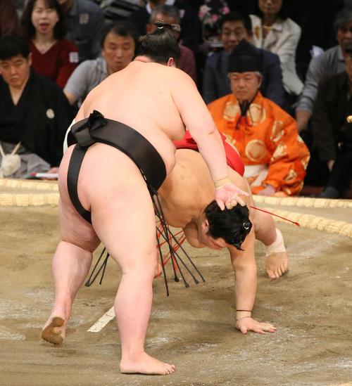 阿武咲(右)をはたき込みで破る剣翔(撮影・栗木一考)