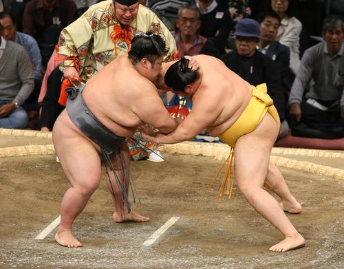 遠藤(右)をはたき込みで破る貴景勝(撮影・栗木一考)