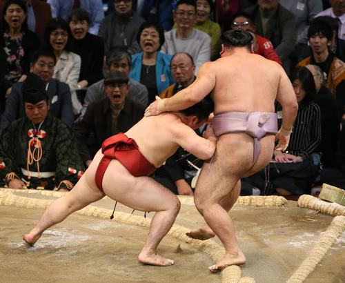 琴恵光(右)を押し出しで破る炎鵬(撮影・栗木一考)