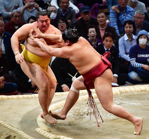 遠藤(左)を突き出しで破る阿炎(撮影・清水貴仁)