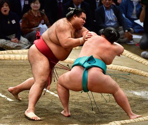 高安(左)をかいなひねりで破る明生(撮影・清水貴仁)