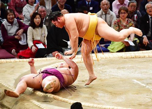 朝乃山(左)を下手投げで破る遠藤(撮影・清水貴仁)