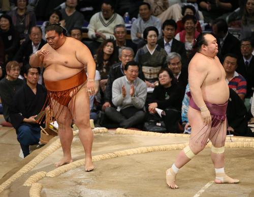 宝富士(右)に寄り切りで敗れる御嶽海(撮影・栗木一考)