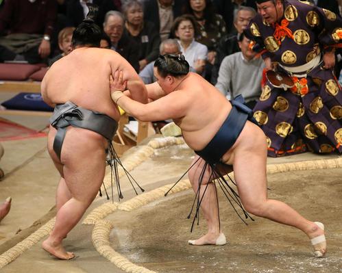 貴景勝(左)を押し出しで破る玉鷲(撮影・栗木一考)