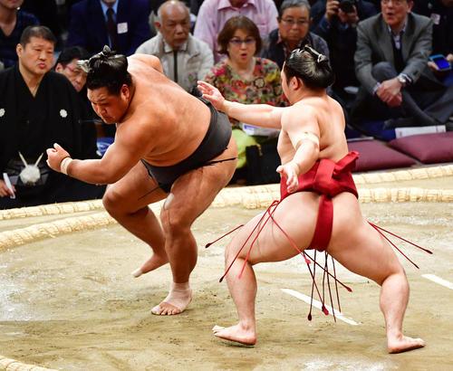 松鳳山(左)の攻めをかわす炎鵬(撮影・清水貴仁)