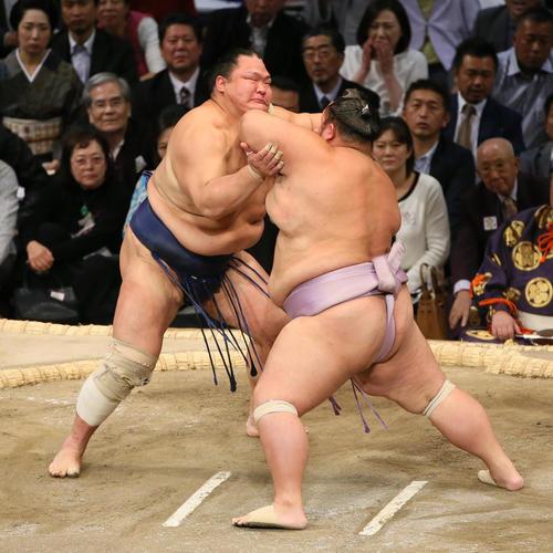 琴勇輝(右)をはたき込みで破る北勝富士(撮影・栗木一考)