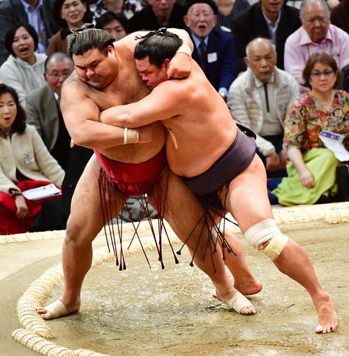 妙義龍に寄り倒しで敗れる高安(左)(撮影・清水貴仁)