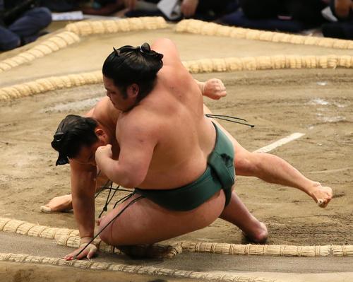 錦木(右手前)を三所攻めで破る石浦(撮影・栗木一考)