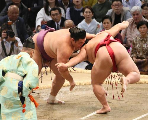 大栄翔(右)をはたき込みで破る朝乃山(撮影・栗木一考)