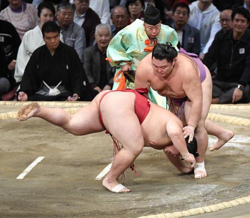 大栄翔をはたき込みで破る朝乃山(撮影・今浪浩三)