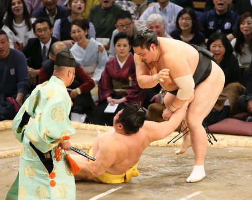 遠藤(左)を上手投げで破る隠岐の海(撮影・栗木一考)