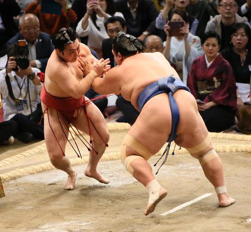 琴奨菊(右)を引っ掛けで破る炎鵬(撮影・栗木一考)