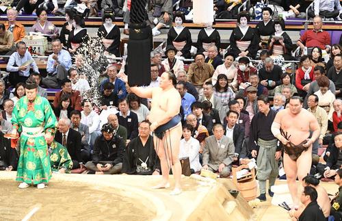 観戦に訪れた芸者さんも白鵬の入場に目をやる(撮影・今浪浩三)